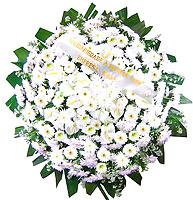 1.30 metro -  Uma clássica coroa fúnebre confeccionada com belas flores em tons de branco e folhagens. ANTECEDÊNCIA MÍNIMA DO PEDIDO - 3h.