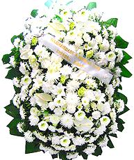 1.70 metro -  Uma clássica coroa fúnebre confeccionada com belas flores em tons de branco e folhagens.ANTECEDÊNCIA MÍNIMA DO PEDIDO - 3h.