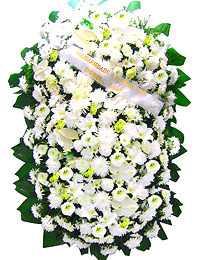 2 metros - Uma clássica coroa fúnebre confeccionada com belas flores em tons de branco e folhagens.ANTECEDÊNCIA MÍNIMA DO PEDIDO - 3h.