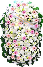 2 metros - Uma clássica coroa fúnebre confeccionada com belas flores em tons de branco, rosa e folhagens. ANTECEDÊNCIA MÍNIMA DO PEDIDO - 3h.