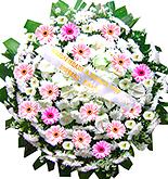 1 metro - Uma clássica coroa fúnebre confeccionada com belas flores em tons de branco e rosa com folhagens. ANTECEDÊNCIA MÍNIMA DO PEDIDO - 3h. Tamanho: 1 metro