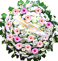 1.30 metro - Uma clássica coroa fúnebre confeccionada com belas flores em tons de branco e folhagens.ANTECEDÊNCIA MÍNIMA DO PEDIDO - 3h.