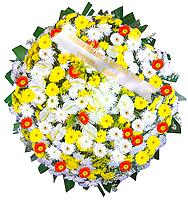 1.30 metro -  Uma clássica coroa fúnebre confeccionada com belas flores em tons de branco, laranja, amarelo e folhagens. ANTECEDÊNCIA MÍNIMA DO PEDIDO - 3h.