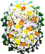 1.70 metro Uma clássica coroa fúnebre confeccionada com belas flores em tons de branco, laranja, amarelo e folhagens.ANTECEDÊNCIA MÍNIMA DO PEDIDO - 3h.