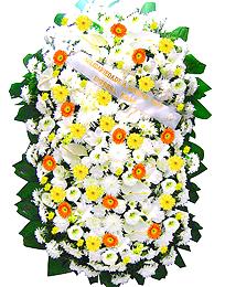 2 metros - Uma clássica coroa fúnebre confeccionada com belas flores em tons de branco, laranja, amarelo e folhagens.ANTECEDÊNCIA MÍNIMA DO PEDIDO - 3h.