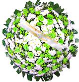 1 metro - Uma clássica coroa fúnebre confeccionada com belas flores em tons de branco, verde e folhagens. ANTECEDÊNCIA MÍNIMA DO PEDIDO - 3h.