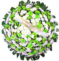 1.30 metro - Uma clássica coroa fúnebre confeccionada com belas flores em tons de branco, verde e folhagens. ANTECEDÊNCIA MÍNIMA DO PEDIDO - 3h.