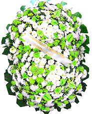1.70 metro - Uma clássica coroa fúnebre confeccionada com belas flores em tons de branco, verde e folhagens. ANTECEDÊNCIA MÍNIMA DO PEDIDO - 3h.