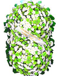 2 metros -  Uma clássica coroa fúnebre confeccionada com belas flores em tons de branco, verde e folhagens. ANTECEDÊNCIA MÍNIMA DO PEDIDO - 3h.