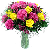 Vaso composto de rosas, alstroemérias e cravos em tons de pink e amarelo.