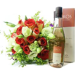 Garanta o frescor através do desodorante colônia Natura Ekos Cumaru e a beleza através de um bouquet de lindas flores em tons de terracota e branco.