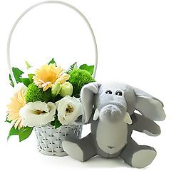 Delicada cestinha de flores em tons claros acompanhada de um gracioso elefantinho de pelúcia da Coleção Safari Baby.