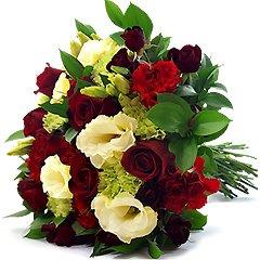 Lindo bouquet contendo um mix de flores verdes e vermelhas - rosas nacionais, cravos, lisianthus e rosa spray.