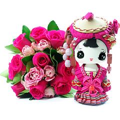 Um belo bouquet de flores com um mensageira fashion artesanal com a mensagem: tenha um tempo só para você, leia um belo livro, mesmo que fique em casa produza-se, organize sua casa do seu jeito...