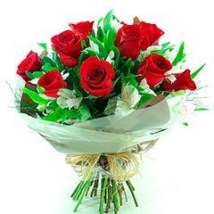 10 rosas tipo exportação em contraste com as charmosas alstroemérias.
