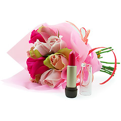 Delicado pequeno bouquet confeccionado com rosas cor de rosa e pink nacionais e folhagens para acompanhar um clássico de make - um batom pink de Natura.