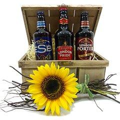 Cesta de Cervejas Premium Inglesas, da famosa marca Fuller´s. London Pride, London Porter e ESB são os modelos que compõem o arranjo, além do girassol e castanhas Blue Diamond.