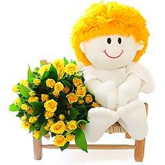 Delicado anjinho sentado em cadeirinha rústica com bouquet de mini rosas.