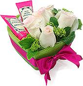 Dois ótimos produtos Granado, em uma base de parafina em formato de coração com rosas importadas em tons de rosa.