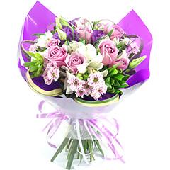 Pequeno bouquet confeccionado com flores diversas em tons de rosa e branco