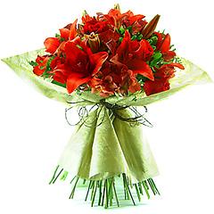 Lindíssimo bouquet em tons de vermelho, contendo flores nobres tais como lírios, rosas, alstroemérias, etc e embalado com tela especial exclusiva e importada. Obs: Os lírios geralmente são entregues com as flores ainda em forma de botão de forma a durarem mais para o cliente.