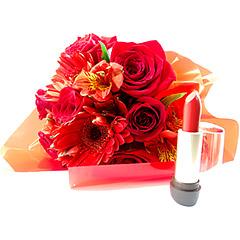 Delicado pequeno bouquet confeccionado com flores mistas em tons de vermelho e folhagens para acompanhar um clássico de make - um batom Vermelho de Natura.