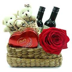 Dois mini ursinhos em uma mini cestinha fazem o charme dessa composição. Acompanham uma rosa nacional, dois vinhos tinto baby e um coração Lindt com bombons Lindor, chocolate ao leite.