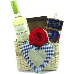 Uma noite romântica com um vinho branco chileno, uma rosa vermelha importada, deliciosos mini tabletes de chocolate suiço Lindt e um porta retrato em cesta original decorada com coração bem fofo.