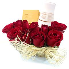 Coração de madeira rústica com belíssimas rosas vermelhas nacionais e dois produtos Natura Macadâmia - um hidratante corporal e sabonetes em barra.