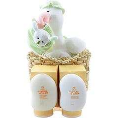 Uma sugestiva cegonha de pelúcia vêm trazendo dois eficientes produtos Natura para a futura mamãe se cuidar -uma emulsão hidratante contra estrias e um oleo vegetal para banho, ambos da linha Mamãe e Bebê.