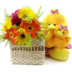 Linda patinha de pelúcia e sua filhotinha, com um bouquet campestre de gérberas mistas dentro de charmosa sacolinha.