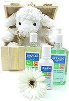 Graciosa pelúcia Ovelhinha acompanha três produtos Granado (Shampoo, condicionador, hidratante)
