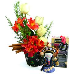Um presente exclusivo e cheio de charme para expressar os mais nobres sentimentos. Aqui, a mensageira Mulan (tradicional boneca chinesa produzida de forma totalmente artesanal)acredita na alegria de se praticar EXERCÍCIOS físicos. Ela traz saúde e AUTO ESTIMA para as pessoas que a possuem. Acompanha um vaso de cerâmica delicadamente pintado à mão, com sofisticada composição de rosas nacionais e alstroemérias importadas, folhagens e canela.