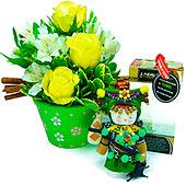 Um presente exclusivo e cheio de charme para expressar os mais nobres sentimentos. Aqui, a mensageira Va (tradicional boneca chinesa produzida de forma totalmente artesanal)acredita no sucesso de seus negócios. Acompanha um vaso de cerâmica delicadamente pintado à mão, com sofisticada composição de rosas e alstroemérias importadas, folhagens e canela.