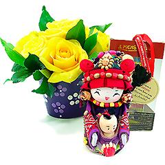 Um alegre arranjo floral com rosas amarelas acompanhado pela Mensageira da Riqueza. Tamanho da Boneca 12cm - produto artesanal