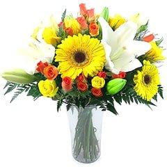 Lindo apanhado de flores mistas em tons de branco, amarelo e laranja.