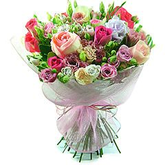 Mix de rosas importadas e rosas spray nacionais e lisianthus compõem este delicado bouque de flores