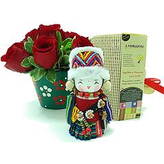 Um presente exclusivo e cheio de charme para expressar os mais nobres sentimentos. Aqui, a mensageira Gaoshan(tradicional boneca chinesa produzida de forma totalmente artesanal)traz a valorização da DIVERSÃO. Acompanha um vaso de cerâmica delicadamente pintado à mão, com um bonito arranjo de rosas importadas vermelhas