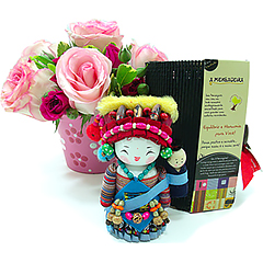 Um presente exclusivo e cheio de charme para expressar os mais nobres sentimentos. Aqui, a mensageira Gelao (tradicional boneca chinesa produzida de forma totalmente artesanal)acredita na IMAGINAÇÃO. Acompanha um vaso de cerâmica delicadamente pintado à mão, com um delicado arranjo de rosas lilases importadas e nacionais