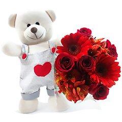 Um bouquet misto de flores vermelha  e um exclusivo ursinho fofo de pelúcia. Presente romântico sem igual.