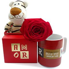Um fofo mini tigre de pelúcia, com uma caneca romântica decorada  e uma rosa vermelha.