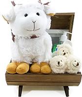 Para uma boa noite de sono - vamos contar as ovelhinhas, carneirinhos, etc... Um bauzinho de madeira, com uma ovelhinha de pelúcia, um blanket, um par de pantufas, um produto para bebê Granado e um porta retratos. Encantador.