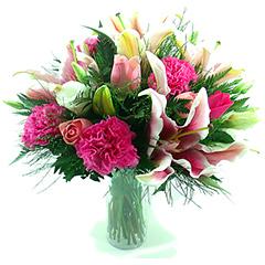 Vaso repleto de belas e delicadas flores em tons de rosa, pink e branco.