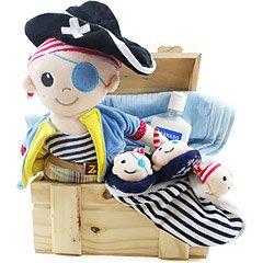 Presente original para o menininho especial que acaba de nascer - um boneco de pelúcia pirata, um blanket, um par de pantufinhas, uma mantinha e um produto de bebê Granado.