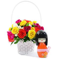 Bonequinha kokeshi com linda cesta de rosas coloridas para transmitir muita energia e felicidade.