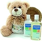 Ursinho de pelúcia com fralda e dois produtos de higiene para bebê Granado.