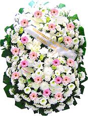 1.70 metro - Uma clássica coroa fúnebre confeccionada com belas flores em tons de branco e rosa e folhagens. ANTECEDÊNCIA MÍNIMA DO PEDIDO - 3h.