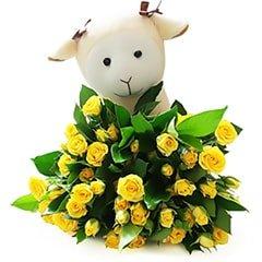 Uma delicadeza de presente - um pequeno bouquet de mini rosas com uma graciosa pelúcia de ovelhinha.