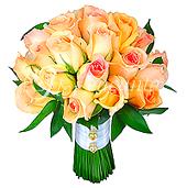 Rosas nacionais Champagne e folhagens compõem este lindo bouquet com acabamento em cetim e pérola.