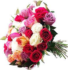 Lindo bouquet confeccionado com aproximadamente vinte rosas nacionais coloridas e hastes de lisianthus.